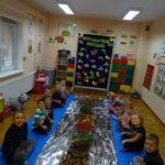 Dzieci i zebrane materiały z lasu
