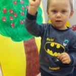 Chłopiec przy drzewku