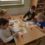 Dzieci wykonują prace plastyczne drzewka