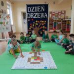 Dzieci układają układankę na macie