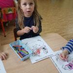 Dziewczynka koloruje rysunek