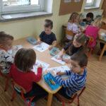 Dzieci przy stolikach kolorują