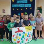 Dzieci pokazują rysunki