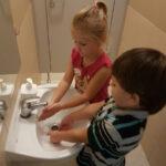 Dzieci uczą sie myć ręce