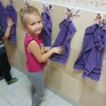 Dzieci wycierają ręce