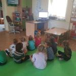 Dzieci oglądają filmik