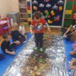 Dziecko stąpa po liściach
