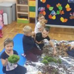 Dzieci bawiące się mchem