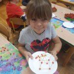 Dziecko z figurką z jarzębiny