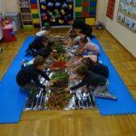 Dzieci dotykające rękoma swoich zbiorów