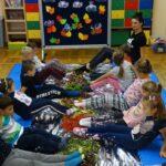 Dzieci dotykające stopami zbiorów