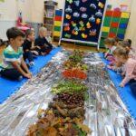 Dzieci obserwujące swoje zbiory z lasu