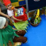 Dzieci bawią się w witaminowych sensobadaczy