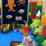 Przedszkolaki pokazują warzywa