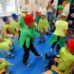 przedszkolaki na jeden dzień zamieniły się w piękne i kolorowe owoce oraz warzywa