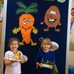 W sali przedszkolnej wspólnie przygotowaliśmy stół z jesiennymi darami