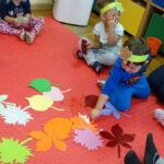 Jesienne zabawy na dywanie z liśćmi papierowymi