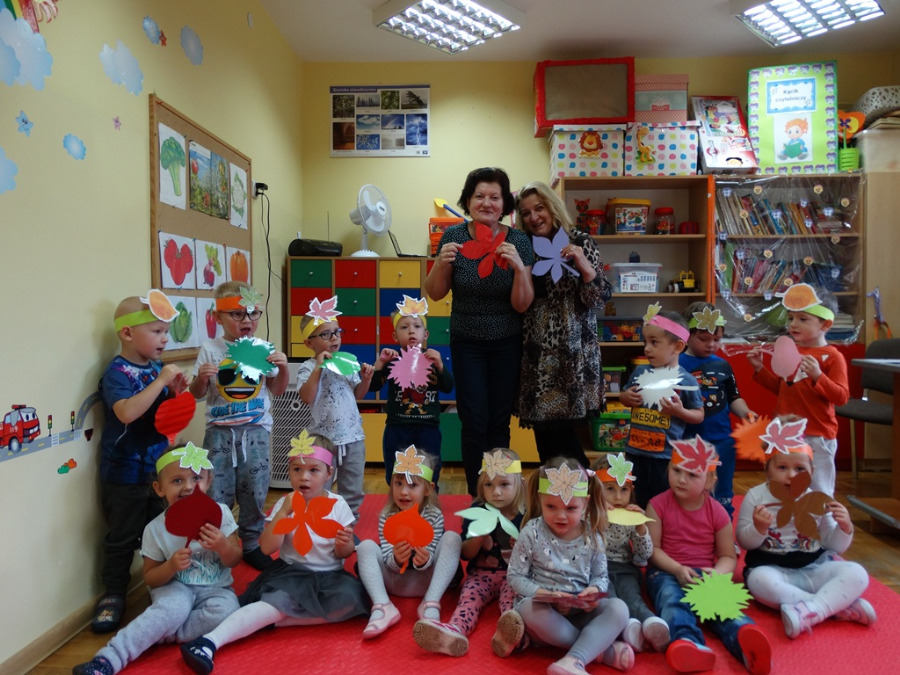 Dzieci i panie z kolorowymi listkami