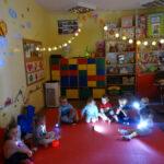 Dzieci z oddziałów przedszkolnych w Rzeczycy eksperymentowały ze światłem