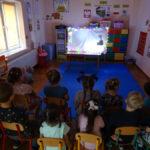 Dzieci oglądają teatrzyk cieniowy