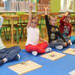 Uczestniczą w zabawach muzycznych i ruchowych