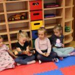 Dzieci grają na tubie