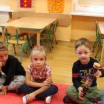 Dzieci grają na niecodziennych instrumentach