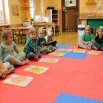 Dzieci i prace plastyczne na dywanie