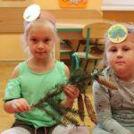 Dzieci dotykają różnych gałązek