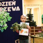 Chłopiec pokazuje rodzaj drzewa