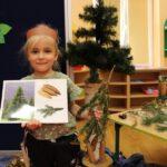 Dziewczynka pokazuje rodzaj drzewa