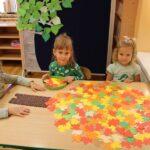 Zabawy kolorowymi liśćmi