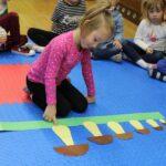 Podczas zajęć zorganizowanych przedszkolaki z radością uczestniczą w zabawach proponowanych przez nauczycielki