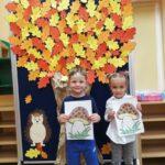 dzieci prezentują swoje prace
