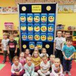 Dzieci i ich prace plastyczne na tablicy