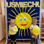 uśmiechnięte słońce i przedszkolaki
