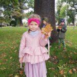 Dziewczynka trzyma kolorowy liść