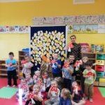 dzieci i muchomory z papieru