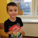 Chłopiec z papierowym grzybkiem