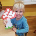 Dziewczynka z papierowym grzybkiem