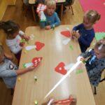 dzieci robią muchomory z papieru