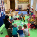 Dzieci oglądają obrazki o poczcie