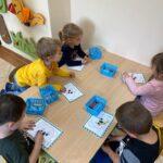 Dzieci kolorują rysunki