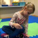 dziewczynka trzyma instrument