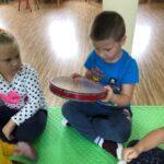 chłopiec trzyma instrument