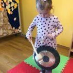 dziewczynka gra na gongu