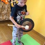 Chłopiec gra na gongu