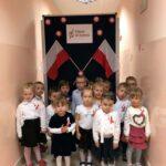 Dzieci na tle flag