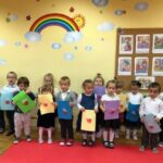 Grupa dzieci z kartkami