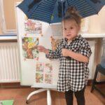 dziewczynka wskazuje na tablice